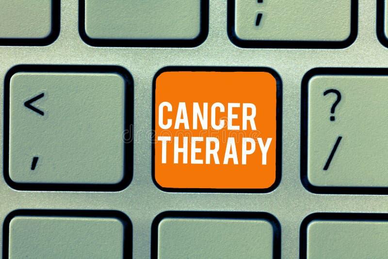 Terapia conceptual del cáncer de la demostración de la escritura de la mano Tratamiento del texto de la foto del negocio del cánc imagen de archivo