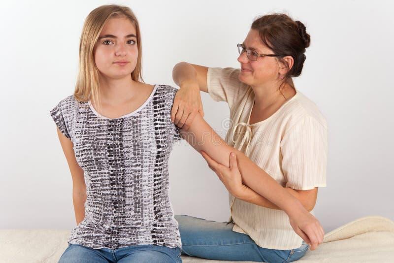 Terapia de Bowen de uma jovem mulher imagens de stock royalty free