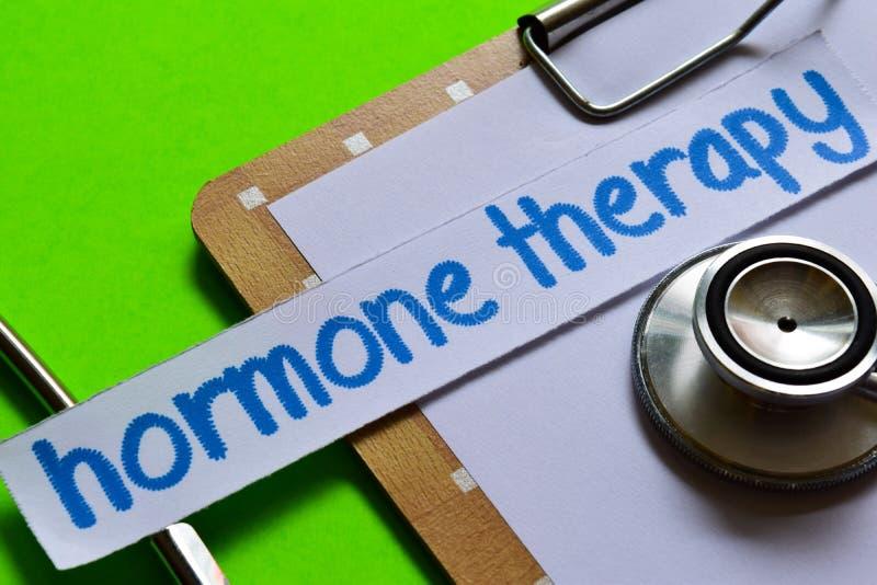 Terapia de la hormona en concepto de la atención sanitaria con el fondo verde fotos de archivo