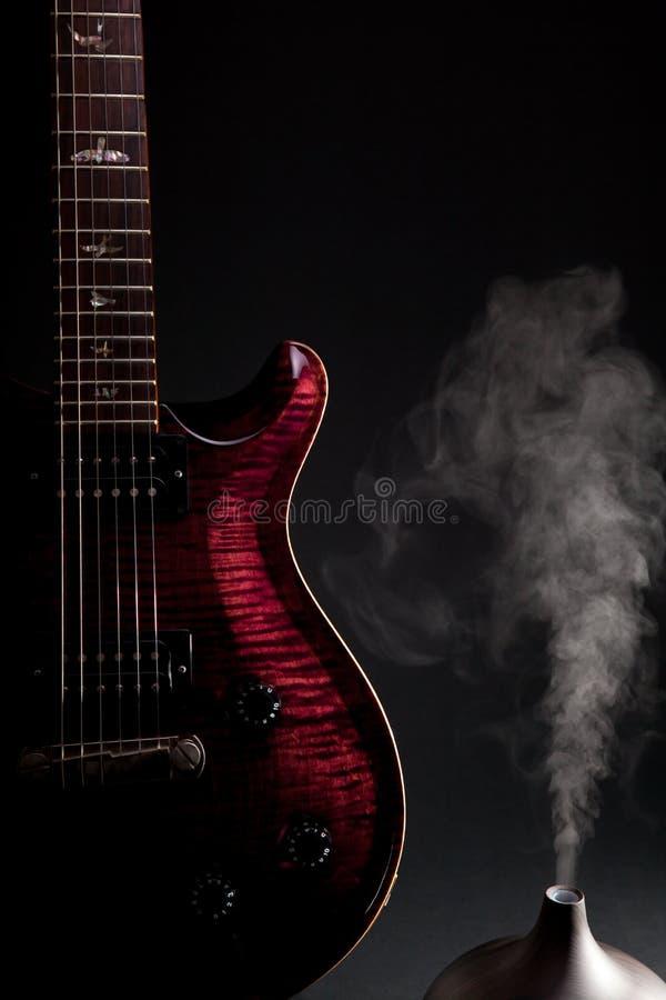 Terapia de música Guitarra eléctrica con el difusor del aceite del aromatherapy fotos de archivo