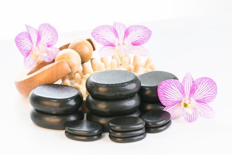 Terapia del balneario con las piedras, el rodillo del masaje y el massager calientes de las celulitis foto de archivo libre de regalías