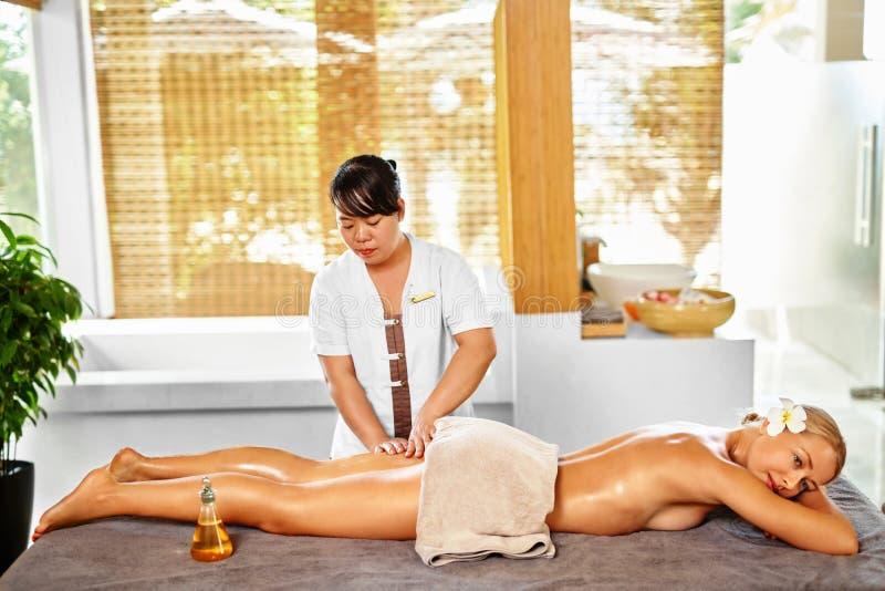 Terapia del balneario del masaje de la pierna Cuidado de la carrocería Masajista que da masajes a la pierna femenina fotografía de archivo