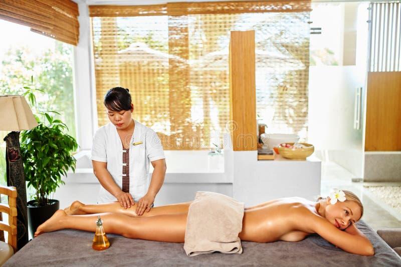 Terapia del balneario del masaje de la pierna Cuidado de la carrocería Masajista que da masajes a la pierna femenina imagen de archivo