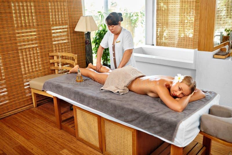Terapia del balneario del masaje de la pierna Cuidado de la carrocería Masajista que da masajes a la pierna femenina imágenes de archivo libres de regalías