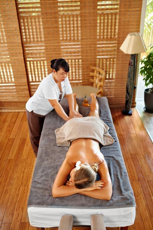 Terapia del balneario del masaje de la pierna Cuidado de la carrocería Masajista que da masajes a la pierna femenina fotos de archivo