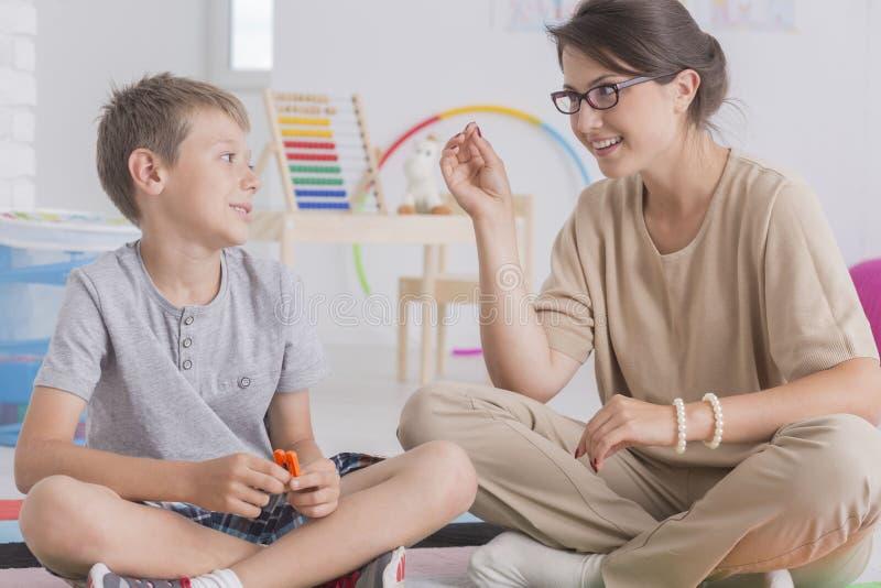 Terapia del gioco con il ragazzino immagini stock libere da diritti