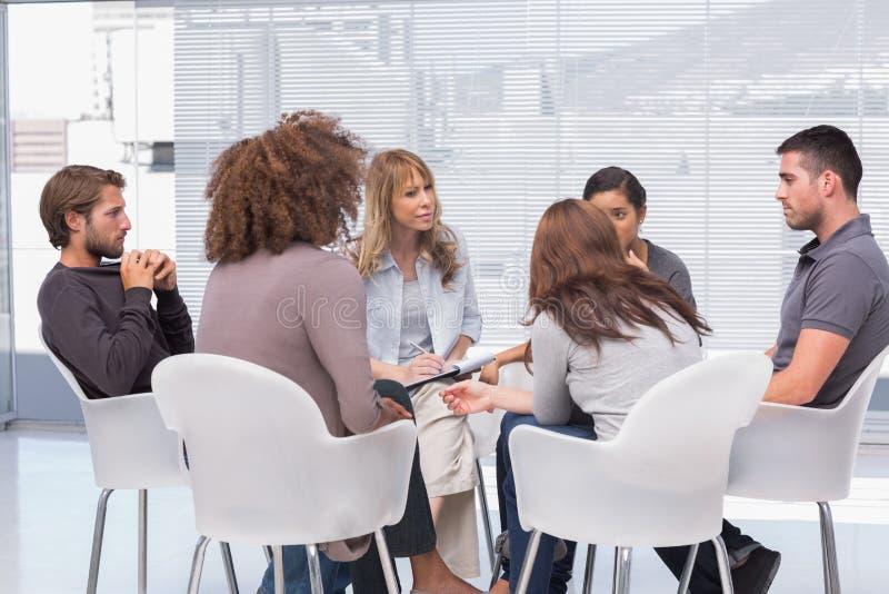 Terapia del gruppo nella sessione immagine stock libera da diritti