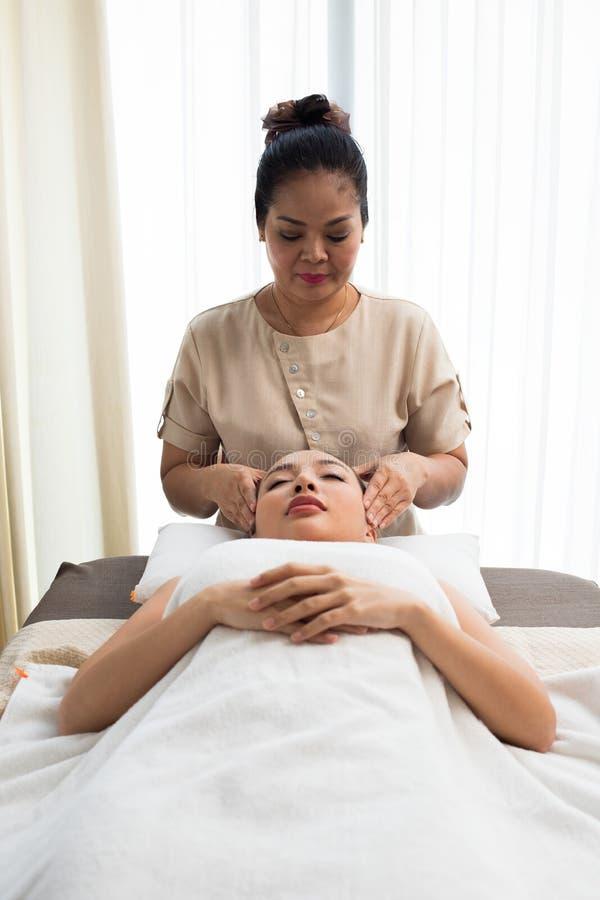 Terapia del masaje de la cabeza de Ayurvedic en la frente facial fotos de archivo libres de regalías
