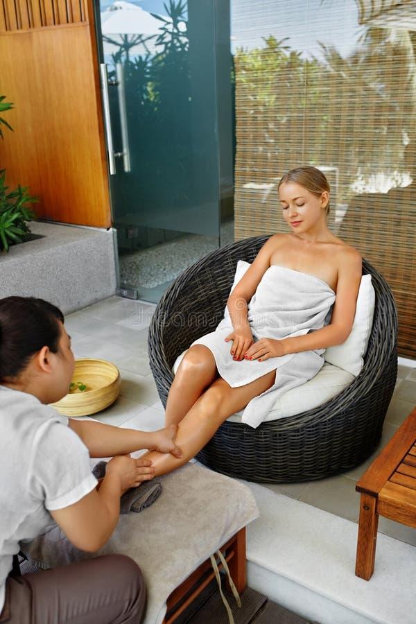Terapia del pie del balneario Tratamiento del cuidado del cuerpo de la mujer Masaje Cuidado de piel imágenes de archivo libres de regalías