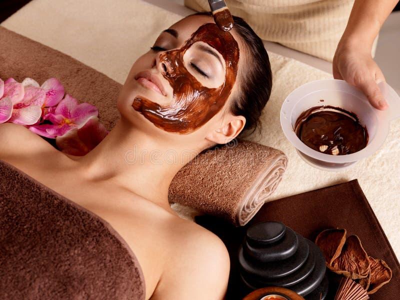 Terapia della stazione termale per la donna che riceve maschera cosmetica fotografia stock