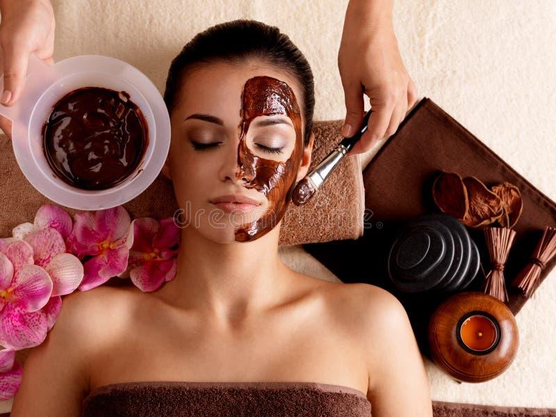 Terapia della stazione termale per la donna che riceve mascherina cosmetica fotografia stock
