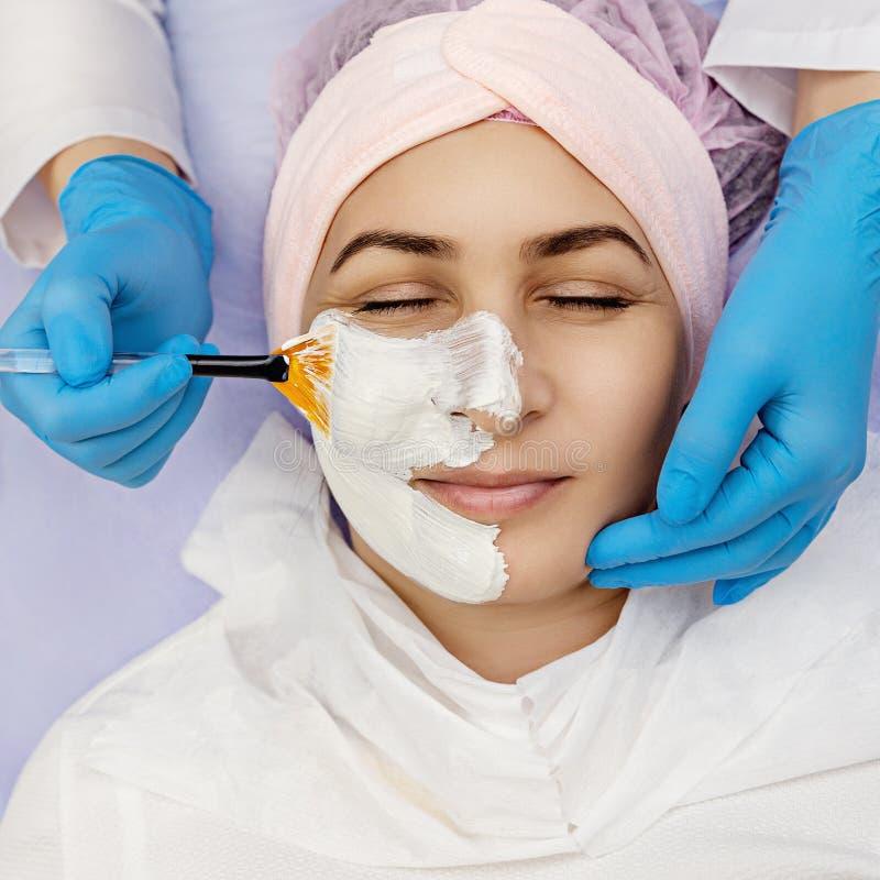 Terapia della stazione termale per la giovane donna che riceve maschera facciale al salone di bellezza immagine stock