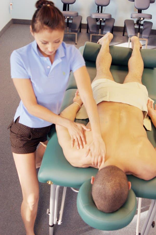 Terapia di massaggio - massaggio posteriore fotografie stock