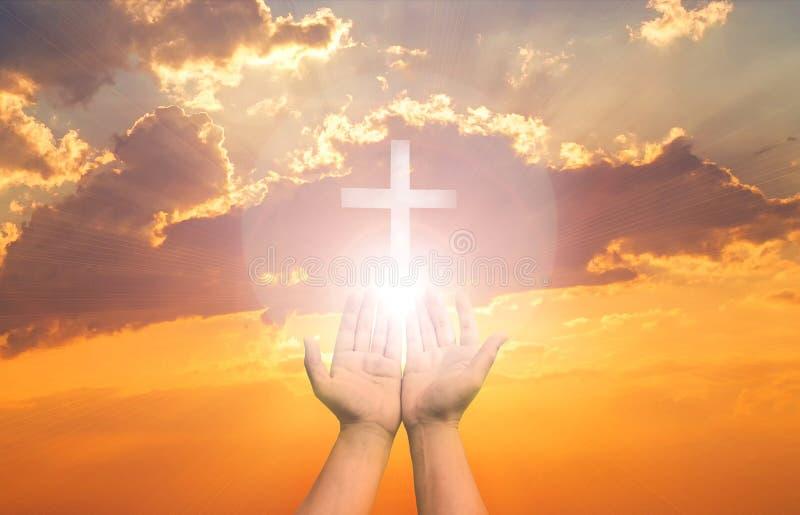A terapia do Eucaristia aben?oa o deus que ajuda a P?scoa cat?lica arrependida Lent Mind Pray Christian Human entrega a palma abe fotos de stock