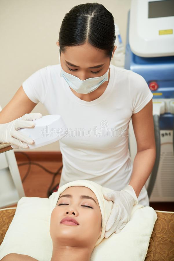Terapia do laser para a cara no sal?o de beleza dos termas fotografia de stock royalty free