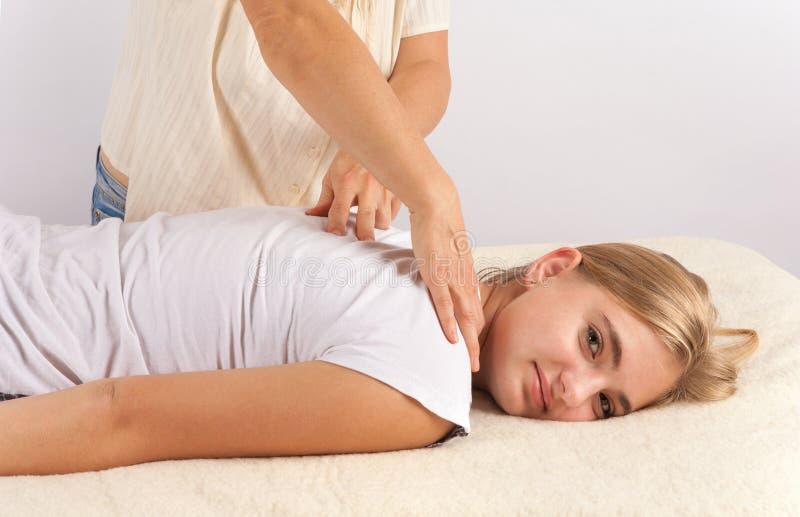 Terapia do masage de Bowen de uma jovem mulher imagens de stock
