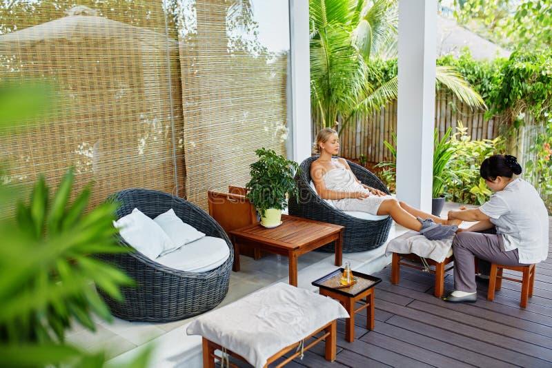 Terapia do pé dos termas Tratamento do cuidado do corpo da mulher massage Cuidado de pele foto de stock royalty free