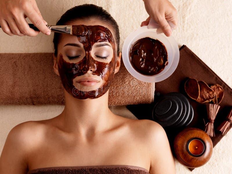 Terapia dos termas para a mulher que recebe a máscara cosmética foto de stock