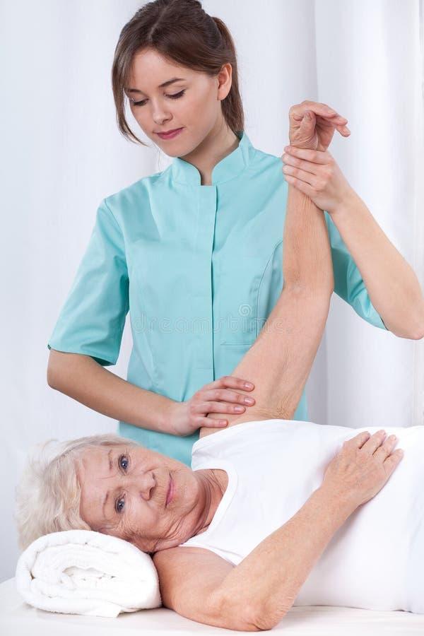 Terapia física para el brazo imagen de archivo libre de regalías
