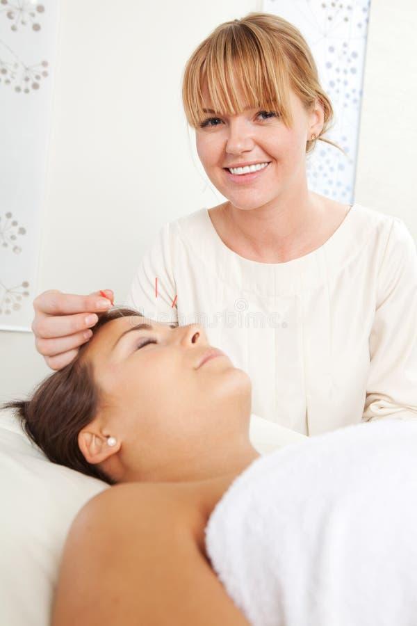 Terapia facial da acupuntura imagens de stock royalty free