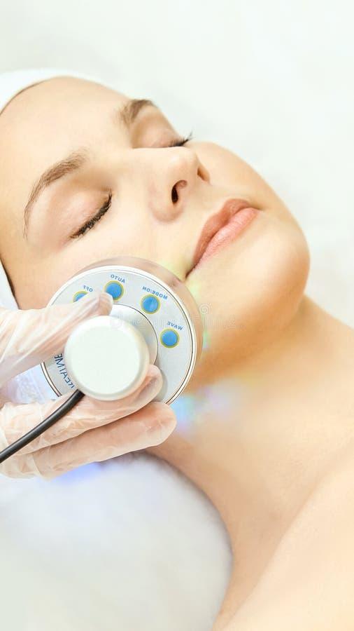 Terapia infravermelha clara Procedimento da cabe?a da cosmetologia Face da mulher da beleza Dispositivo cosm?tico do sal?o de bel imagem de stock royalty free