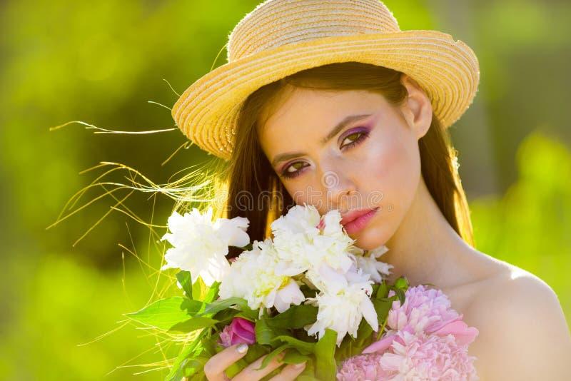 Terapia natural de la belleza y del balneario cara y skincare viaje en verano Muchacha del verano con el pelo largo Mujer del res foto de archivo