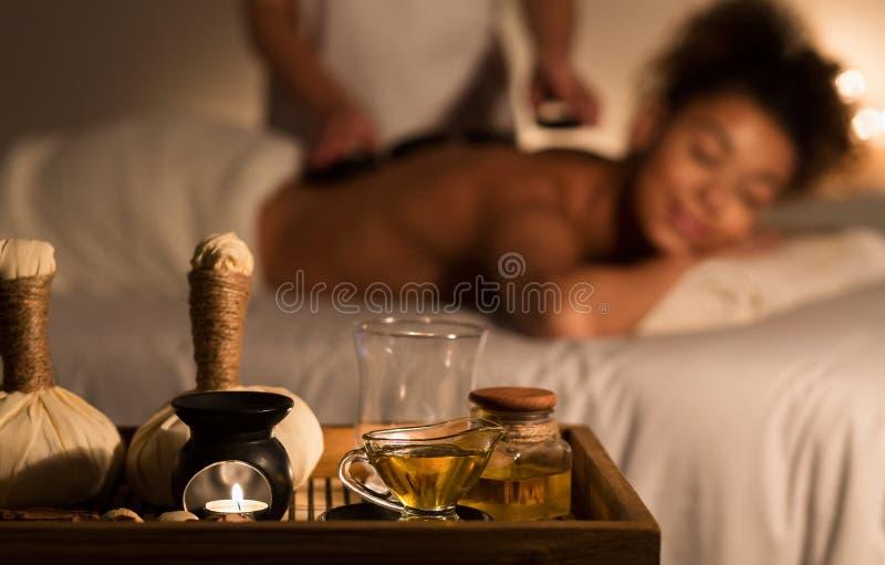 Terapia oriental tradicional do aroma Menina que recebe a massagem fotos de stock