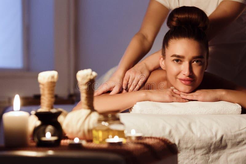 Terapia orientale tradizionale dell'aroma Donna che si distende nel salone della stazione termale immagini stock