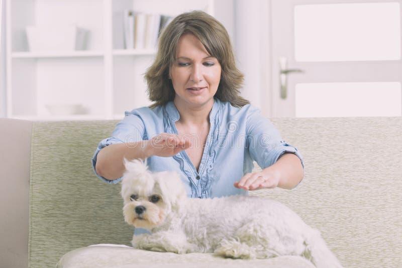 Terapia practicante del reiki de la mujer fotografía de archivo