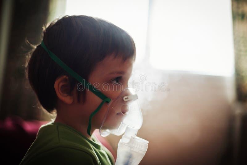 Terapia respiratoria del niño fotografía de archivo