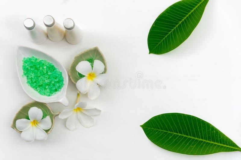 Terapia tailandesa do aroma dos tratamentos da composição dos termas com velas e flores do Plumeria na tabela de madeira branca imagem de stock royalty free