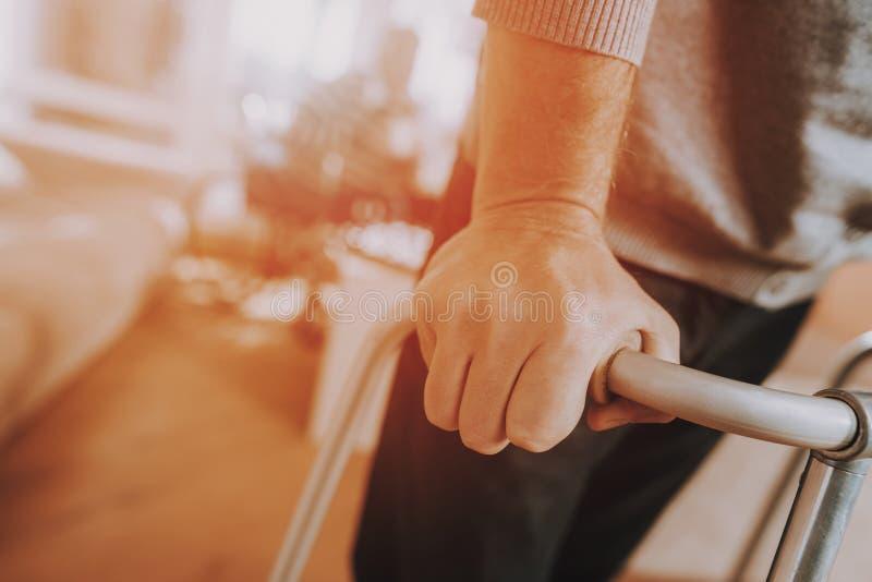 terapii medycznej Mężczyzn chwyty Na piechurze dla dorosłych obraz royalty free