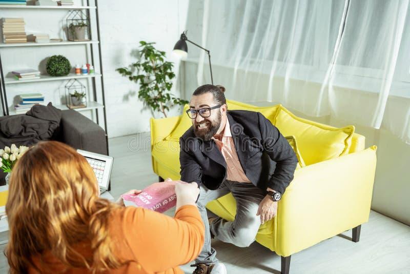 Terapista barbuto emozionale che parla con suo paziente immagine stock libera da diritti