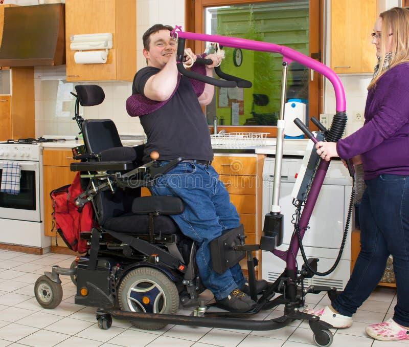 Terapista che aiuta un giovane paziente di paralisi cerebrale immagini stock