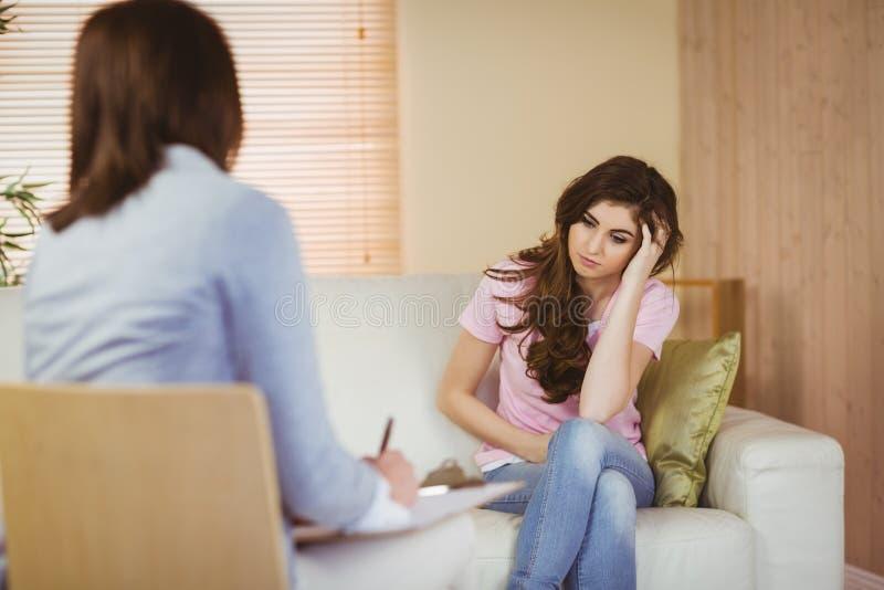 Terapista che ascolta il suo paziente fotografie stock libere da diritti
