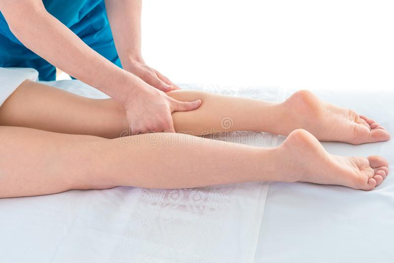 Terapista che fa massaggio del piede Colpo dello studio della stazione termale immagini stock