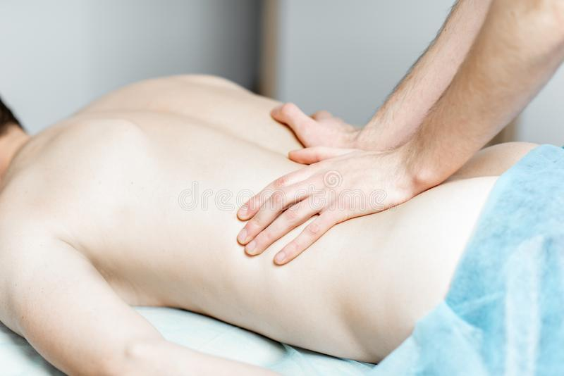 Terapista che fa massaggio terapeutico fotografie stock