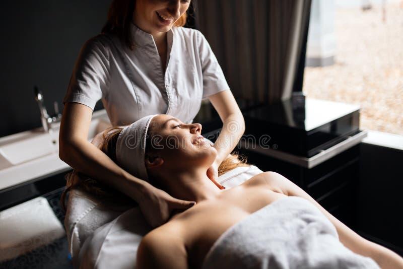 Terapista di massaggio che massaggia donna immagine stock libera da diritti