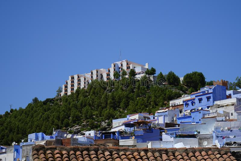 Terassenförmig angelegte blaue Häuser stockfotografie