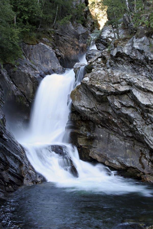 Terassenförmig angelegter Wasserfall in Norwegen lizenzfreie stockfotos