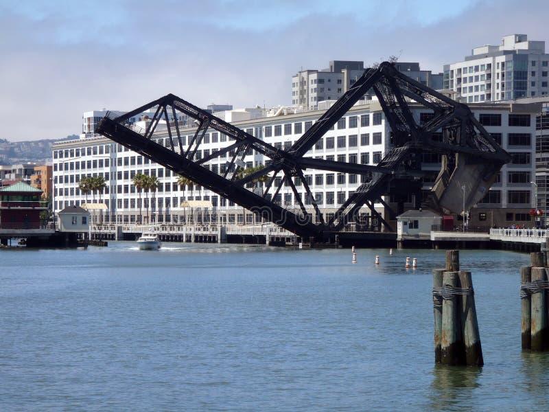 A terceira ponte histórica da rua levanta para deixar um barco ir sob ela imagens de stock