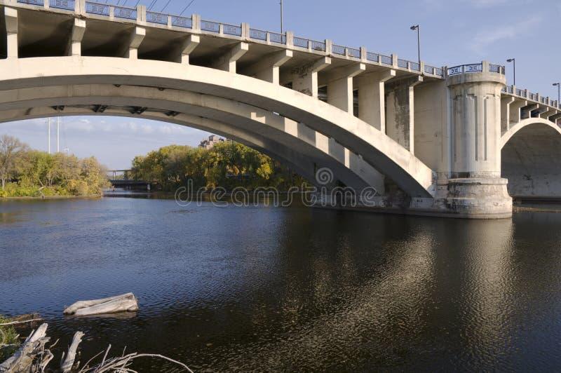 Terceiras avenida e pontes do console de Nicollet foto de stock
