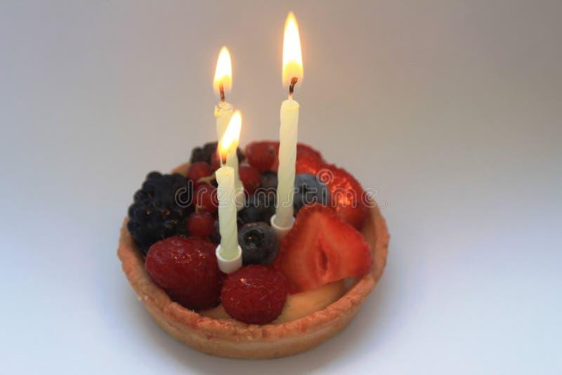 Terceiro bolo de aniversário feliz imagens de stock