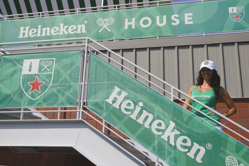 Terceiro - o cervejeiro o maior no International de Heineken do mundo abre a casa da cerveja de Heineken em Billie Jean King Tenn imagens de stock