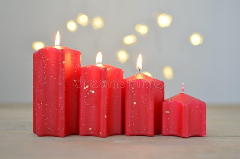 Tercer advenimiento domingo Cuatro velas rojas Humor de la Navidad fotografía de archivo