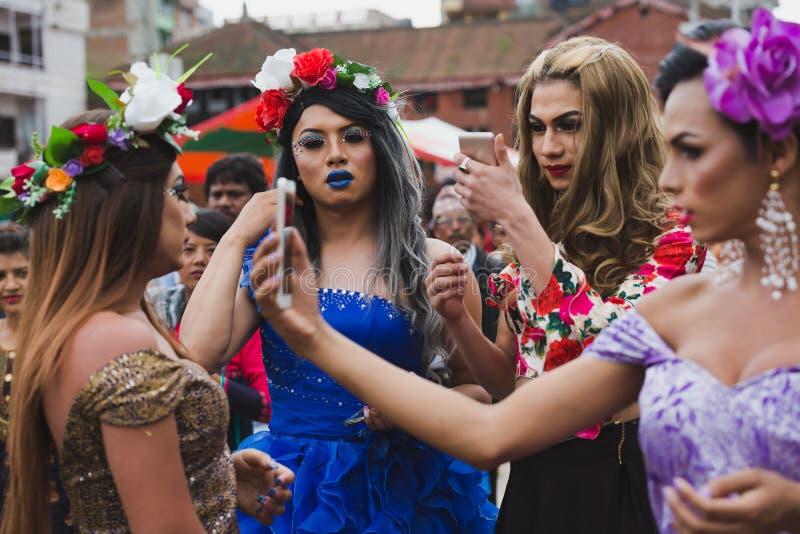 Tercera gente de los géneros que toma el selfie en el festival de Gaijatra en Kathm foto de archivo