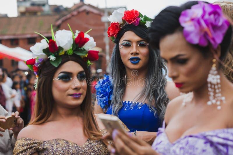 Tercera gente de los géneros que toma el selfie en el festival de Gaijatra en Kathm fotografía de archivo libre de regalías