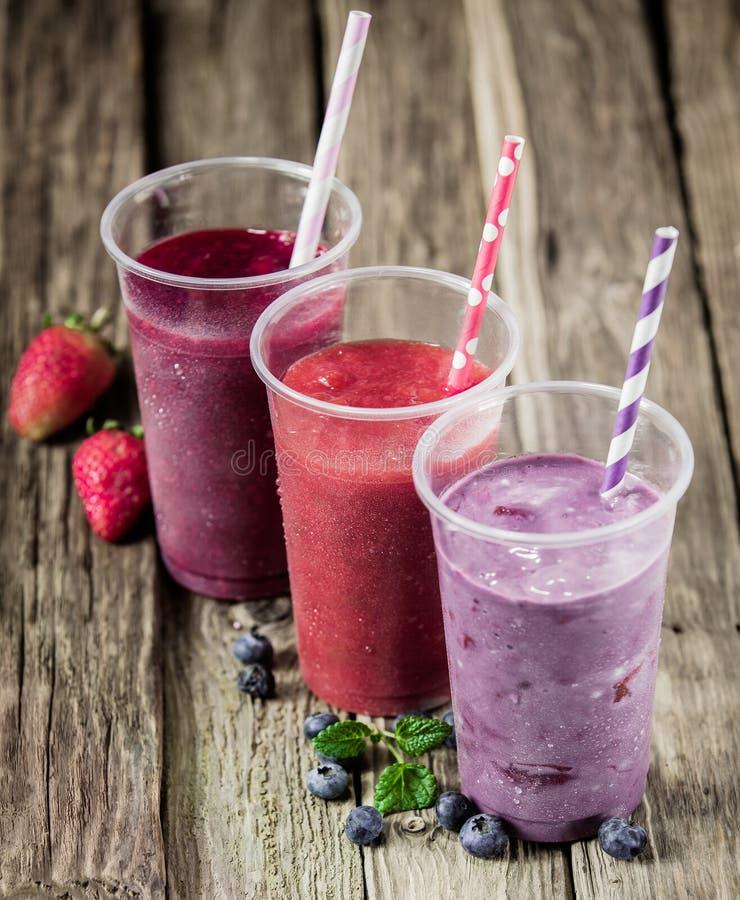 Tercet wyśmienicie jagodowi smoothies zdjęcia royalty free
