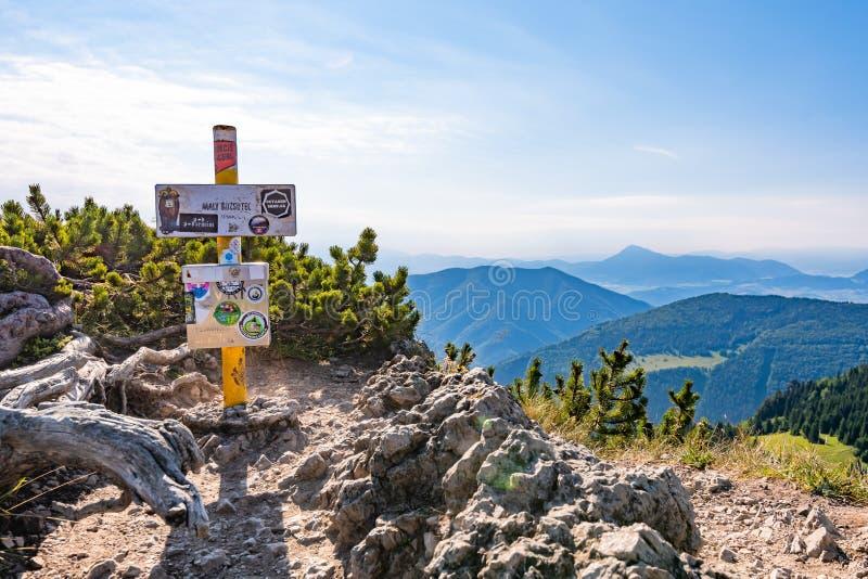 TERCHOVA, SŁOWACJA - 6  7 2019 r.: Znak turystyczny na szczycie góry Maly Rozsutec w słowackim parku narodowym Mala Fatra Widok zdjęcia stock