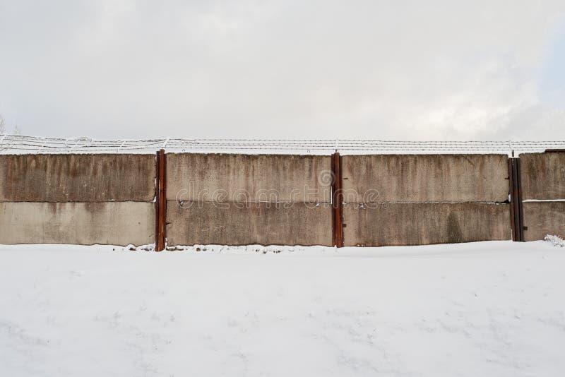 Teren otaczający brudną depeszującą ścianą zdjęcie stock